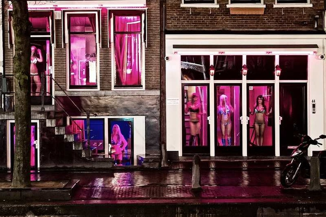 Red light District, Amsterdam – Source: Flickr @and-vi